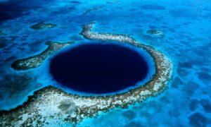 Великата синя дупка край бреговете на Белиз (Great Blue Hole )