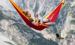 Да спиш в хамак, висящ на стотици метри над италианските Алпи