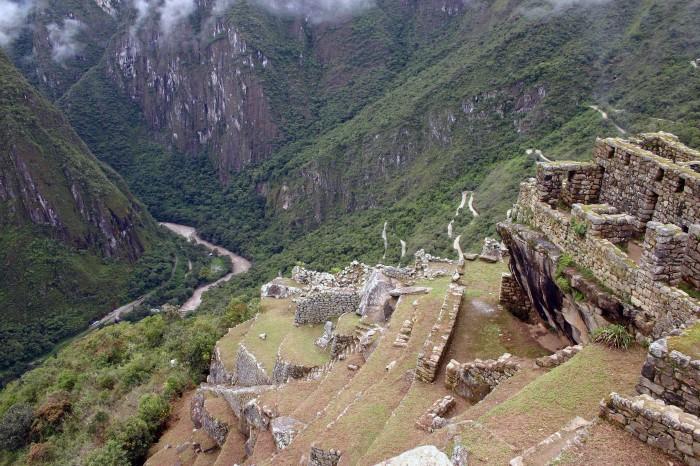 Ruins_at_Machu_Picchu_with_the_Urubamba_river_below_copy