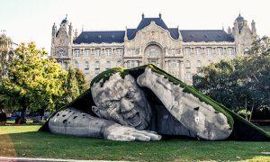 Гигантска скулптура на площад в Будапеща